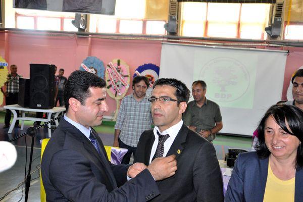 BDP il kongresinde Mustafa Sarıgül'e BDP rozeti takıldı
