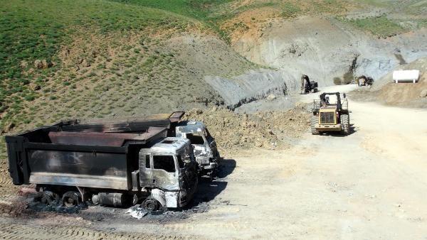 Maden  ocağına ait 6 araç ve iş makinaları yakıldı.  Foto: DHA
