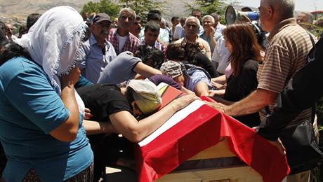 Celal Karaduman'ın siyasi bir cinayete kurban gittiği tahmin ediliyor. Karaduman'ın cenazesine katılanlar gözyaşlarını tutumadı.