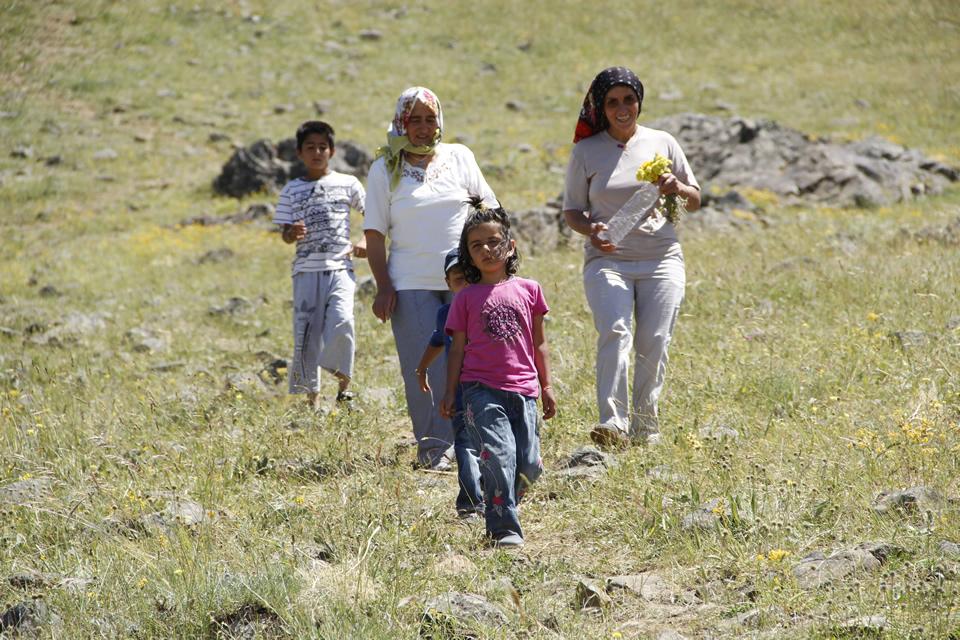 Höbek Baba Dağı'na sadece büyükler çıkmıyor, çocuklarda ibadet için bu kutsal dağa çıkıyor...