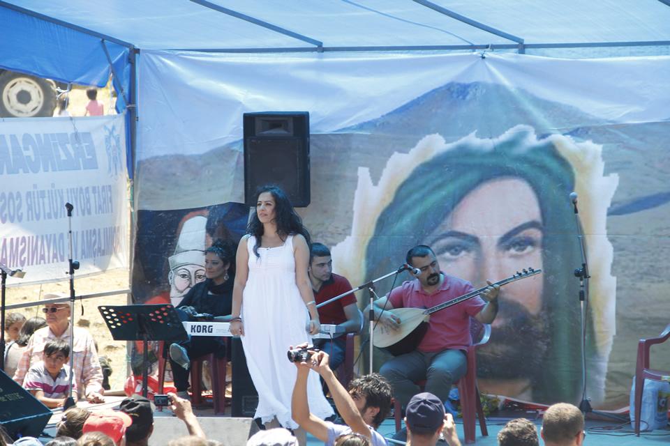 Sanatçı Gülay Arslan ve Özgür Polat. Gülay Arslan'ın sahnede Alevi deyişlerini seslendiriken özgür Polat bağlamasıyla eşlik ediyor...