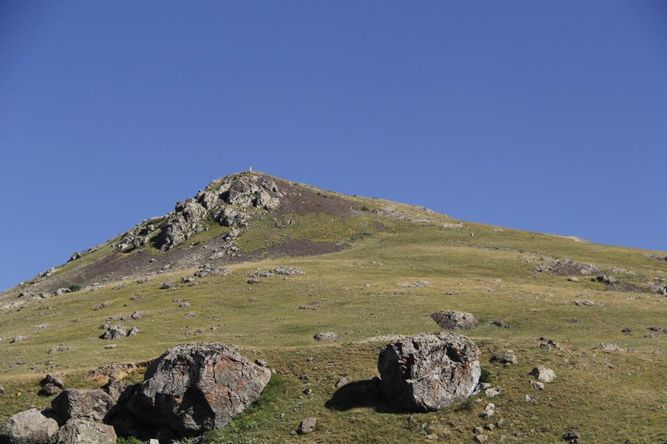 Höbek Baba Dağı. İnsanlar dağa yalın ayak yürüyerek çıkıyor...