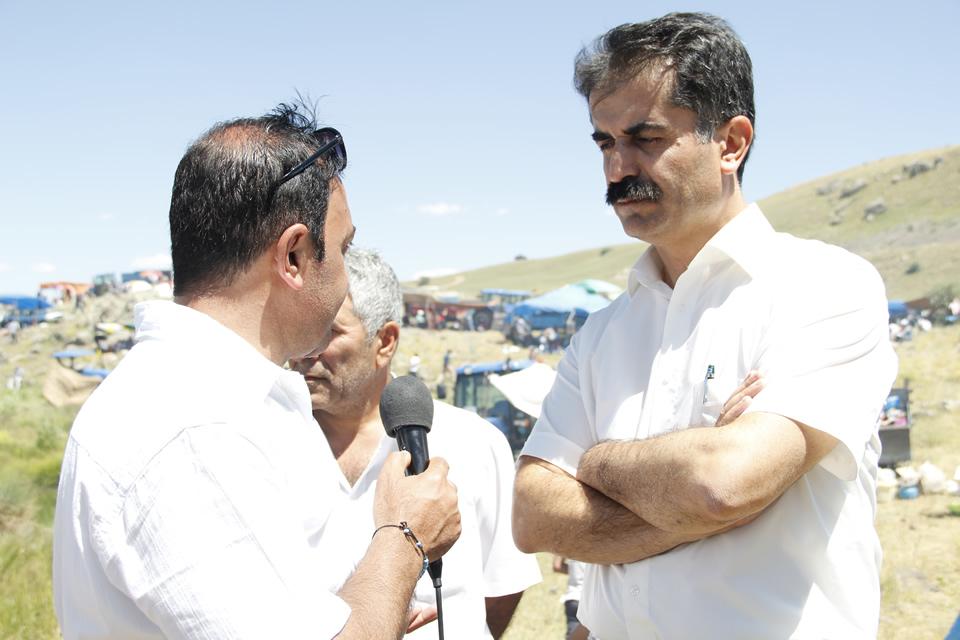 """Hüseyin Aygün, Yol TV'de yayınlanan """"Dersim'den Esintiler"""" programınu sunan Ali Kılıç'la röportaj yapıyor."""