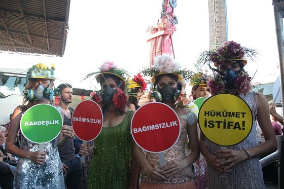 """Festivale katılan yüzbinler """"hükümet istifa"""" sloganları attı."""
