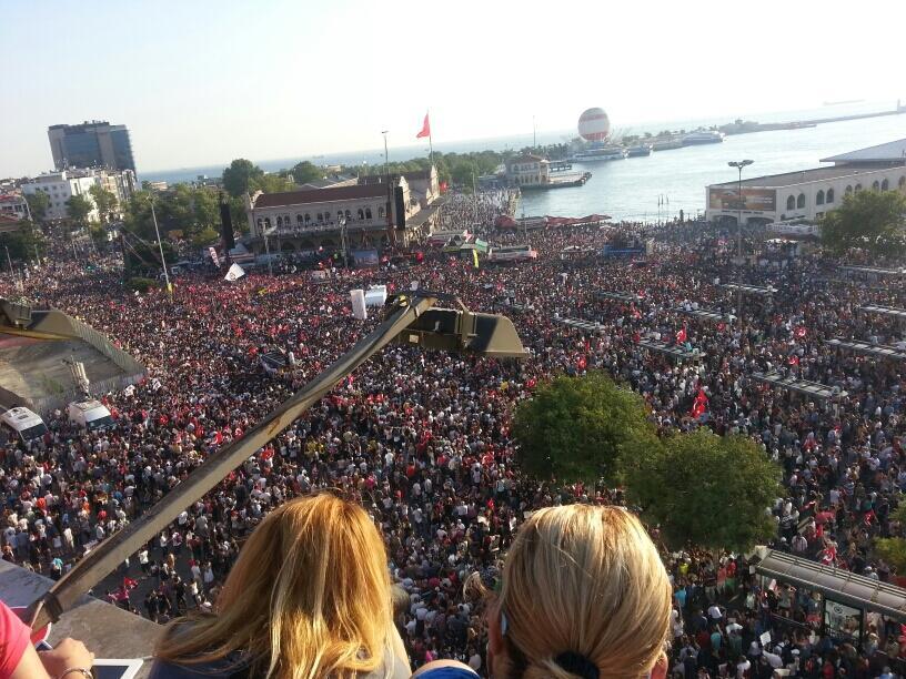 Kadıköy Meydanı'nı yüzbinlerce kişi hınca hınç doldurmuş Foto:@Vicdan83