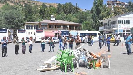 Belediyeye tepki gösteren otogar esnafı yolu trafiğe kapattı