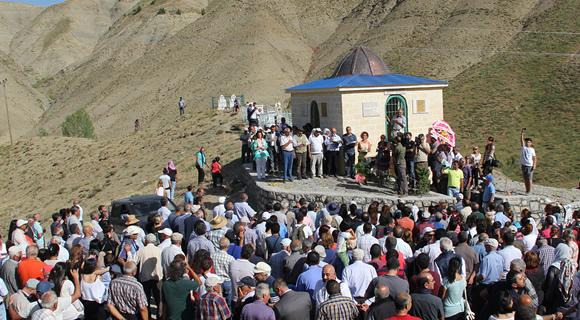 Sey Qaji için yapılan türbenin açılışı dua ve lokma dağıtımıyla yapıldı.