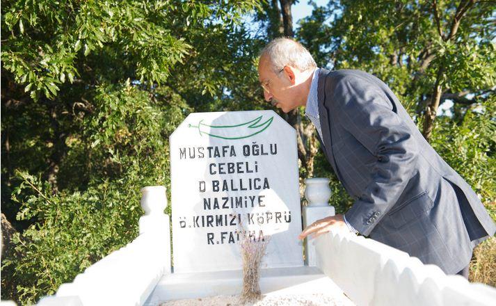 Büyük dedesinin mezarını ziyaret eden Kılıçdaroğlu çıla yakıp dua etti.