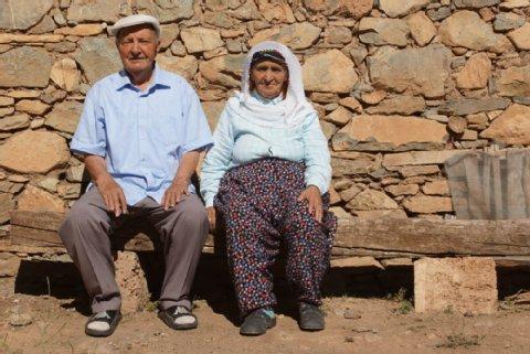Süleyman Aglar, 81, und seine Schwägerin Hediya Aglar, 84, überlebten den Völkermord versteckt in einer Höhle. Einen Monat hielten sie sich dort versteckt, dann kehrten sie zurück – in ein anderes Dorf.  Foto: Frank Nordhausen