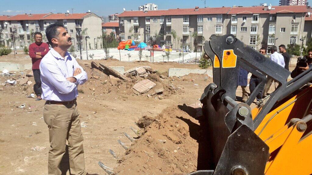 Dozetin önüne geçen Dersim Milletvekili Hüseyin Aygün, yıkımı durdurdu.