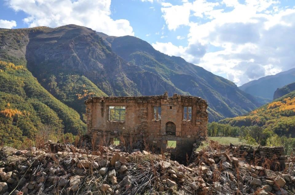 1994 yılında boşaltılan Dersim köylerinde  yıkılan bir ev