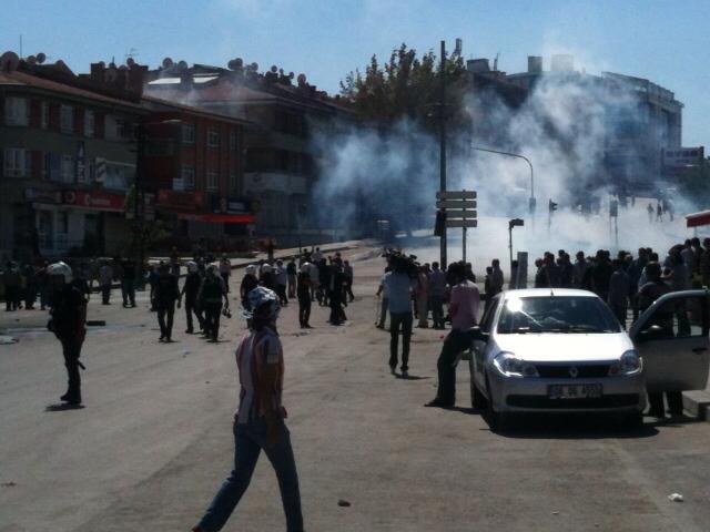 Tuzluçayır'da halk polisin saldırısına direniyor