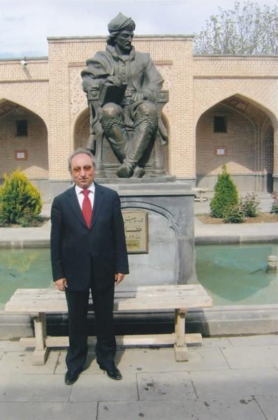Yazar Ali Kaya, Şah Hatayi'nin heykelinin önünde