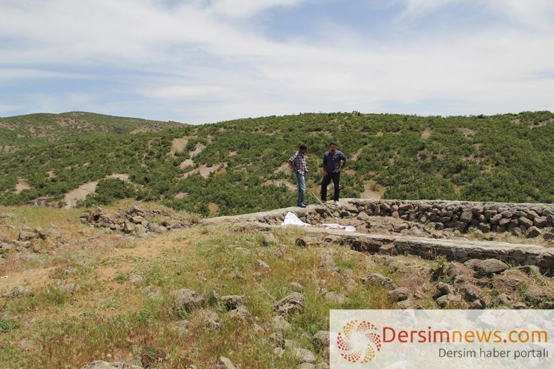 Avukat Cihan Söylemez, toplu mezarın yerini bulan Hüseyin Baran'la Saka Sure mevkiinde...