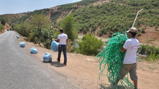 Vadi boyunca her yer insanların attığı çöplerle dolu.