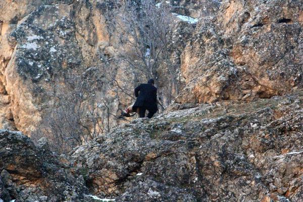 Avlanması yasak olan dağ  keçisini vurduktan sonra derisini yüzen İmdat Ç.  böyle yakalandı.