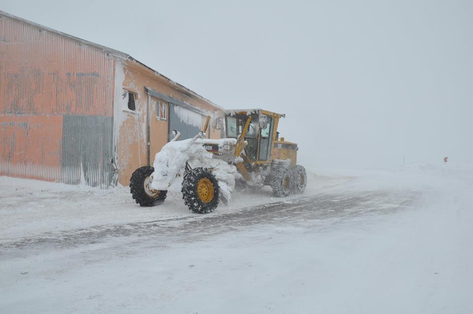 Kar yağışının en etkili oldğu yer Pülümür Erzincan karayolu üzerinde bulunan Cankurtaran mevkiinde fırtına nedeniyle zaman zaman araçların geçisine izin verilmiyor. Foto: İsmail Yoleri
