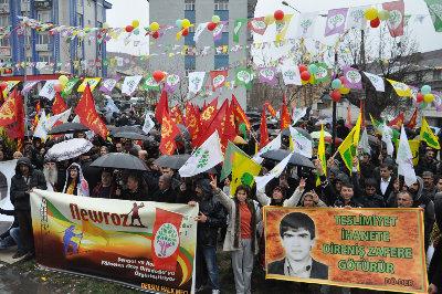 Bir kültürel asimalasyon örneği olan Newroz kutlamaları Dersim'deki siyasi örgütler tarafından halka dayatılmaktadır.