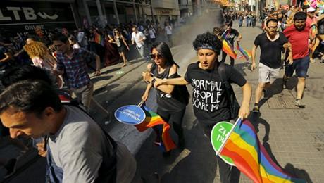 Taksim'deki Onur Yürüyüşüne Gazlı ve Plastik Mermili Müdahale