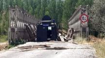 Ovacık'ta Zırhlı Polis Aracı Köprüden Geçerken Bomba Patladı