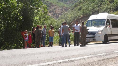 Tunceli Valiligi tarafindan 3 gunden beri kapatilan Tunceli-Erzincan ve Tunceli-Ovacik karayolunun acilmasinin ardindan PKK'li gruplar tekrar yola inerek kimlik kontrolu yapmaya basladi.