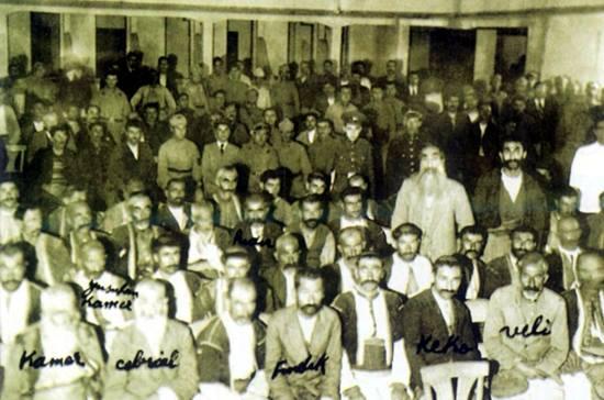 """15 Kasım 1937 idamları öncesi Dersim'li aşiret liderleri ve önde gelenleri. Elazığ'da """"usulen"""" yapılan yargılamadan günümüze ulaşan tek kare."""