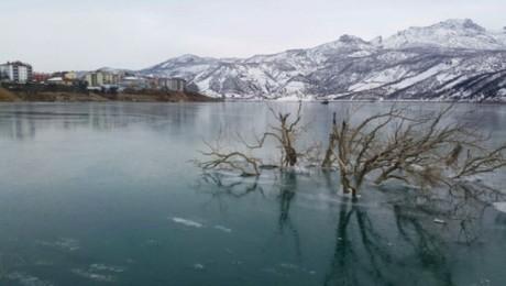 Dersim'de Uzunçayır baraj gölü buz tuttu