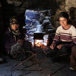 Elektriksiz, yolsuz mezrada yoksulluğun resmi