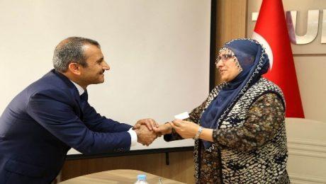 Belediye başkanlık konutu 5 yetim çocuğu olan anneye verildi
