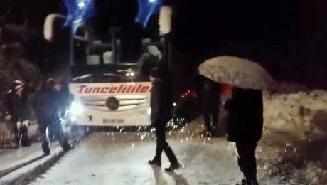 Dersim-Erzincan karayolunda mahsur kalan araçlar kurtarıldı
