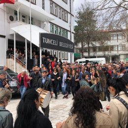 Maçoğlu`na belediye önünde davul zurnalı karşılama