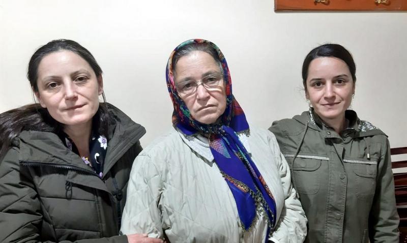 Kızları Şerife, eşi Hanife ve küçük kızı Sakine.jpg